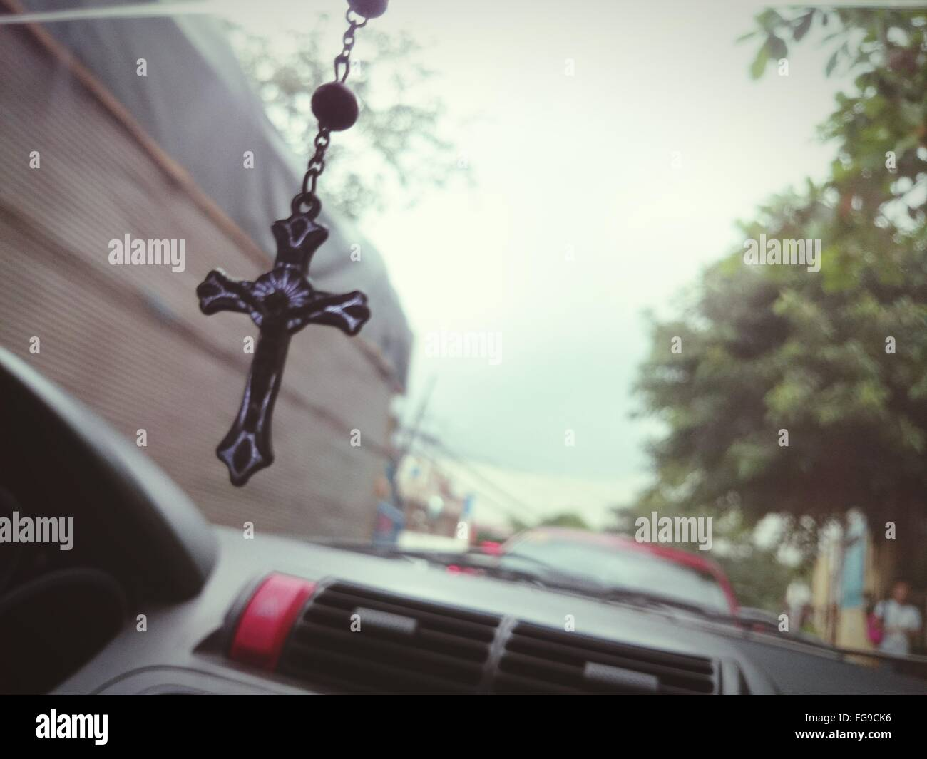 Primer plano de Rosario colgando en coche Foto de stock