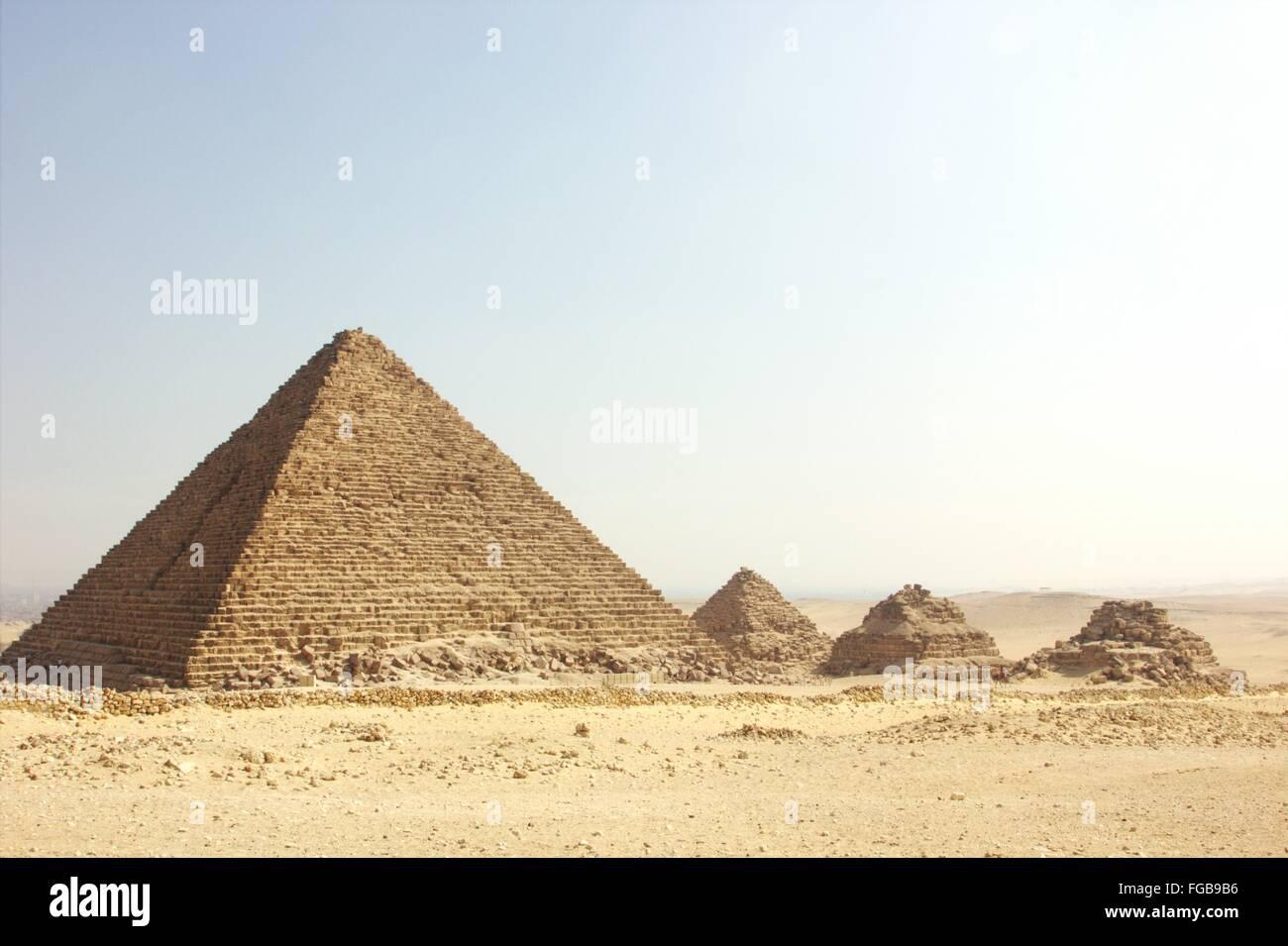 Vista de las pirámides en el desierto Imagen De Stock