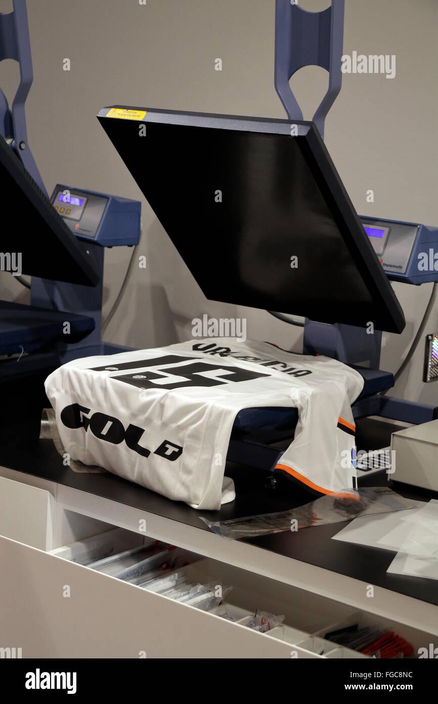 Una prensa de calor utilizados para poner un nombre y número en la parte  posterior de la camiseta del equipo de Valencia en la tienda del club en  España. 2bebe3d4a99cd