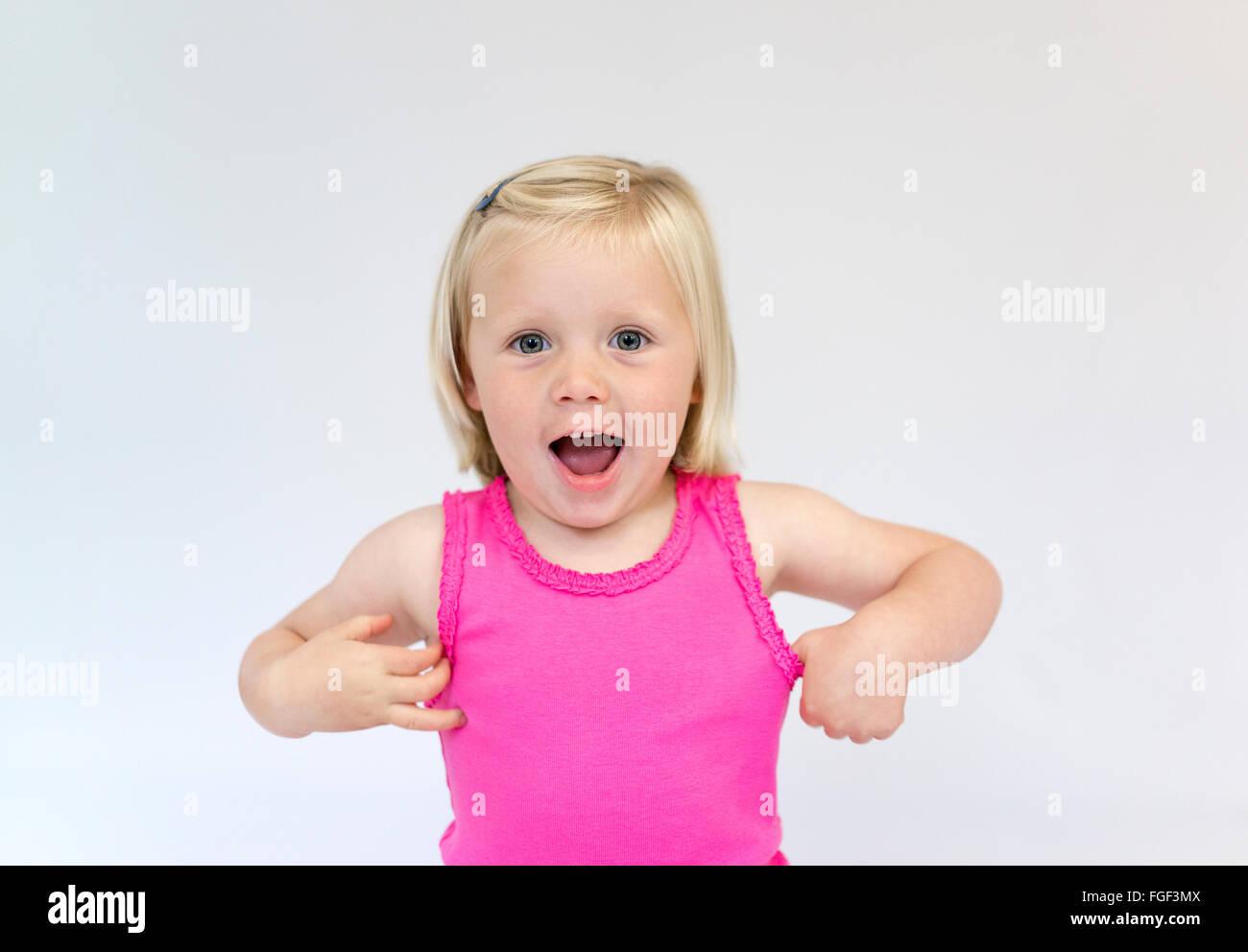 Retrato de una joven con el pelo rubio corto vistiendo un chaleco rosa top riendo Imagen De Stock