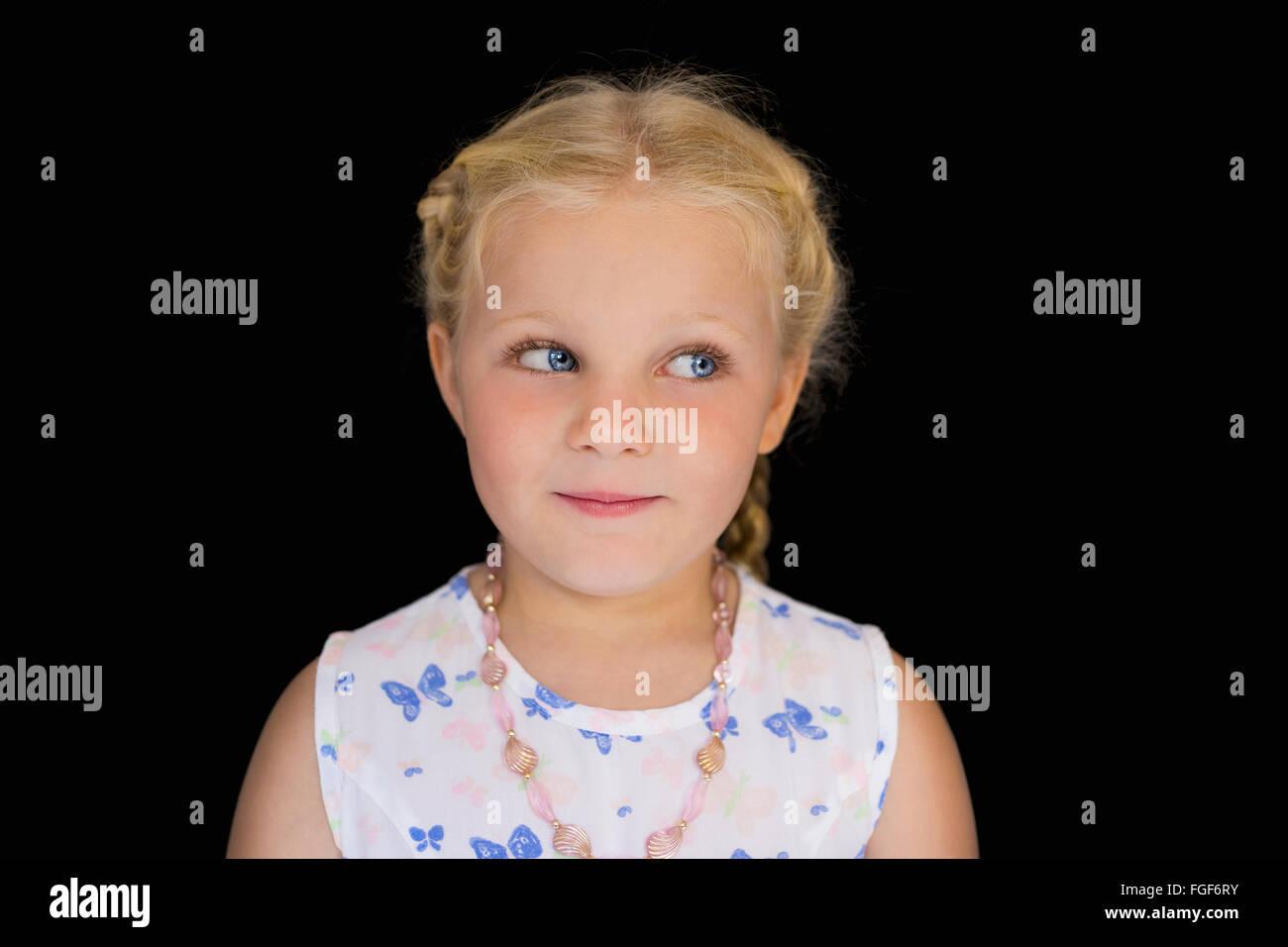 Retrato de una joven con el pelo rubio, sonriente Foto de stock