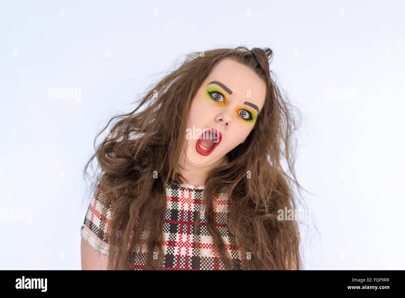 Adolescente con pelo largo y brillante conforman gritando Foto de stock