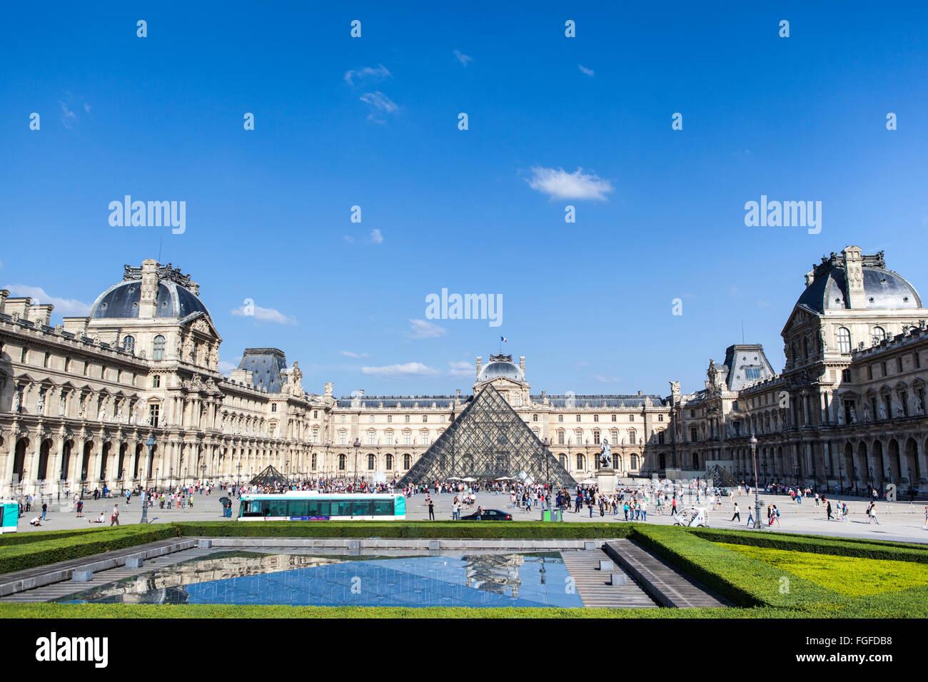 Vista elevada del Museo del Louvre, París Foto de stock