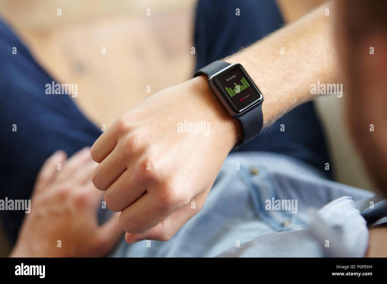 Hombre mirando la salud Aplicación de software de Smart Watch Imagen De Stock