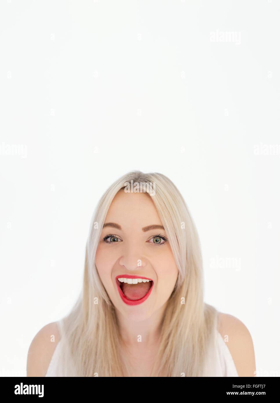 Retrato de una mujer con largo cabello rubio riendo Foto de stock