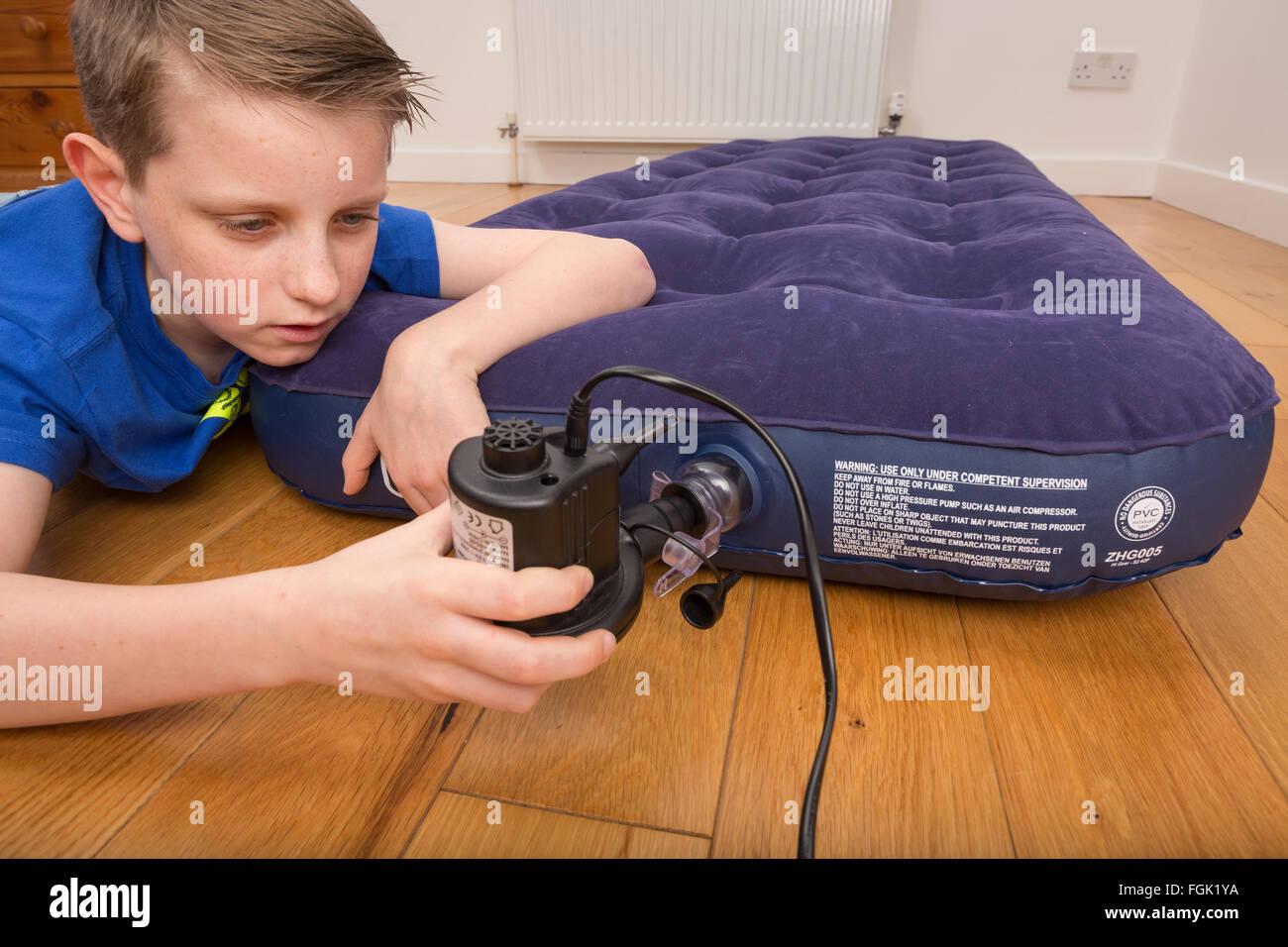 Una cama de aire que se infla con una bomba eléctrica Imagen De Stock