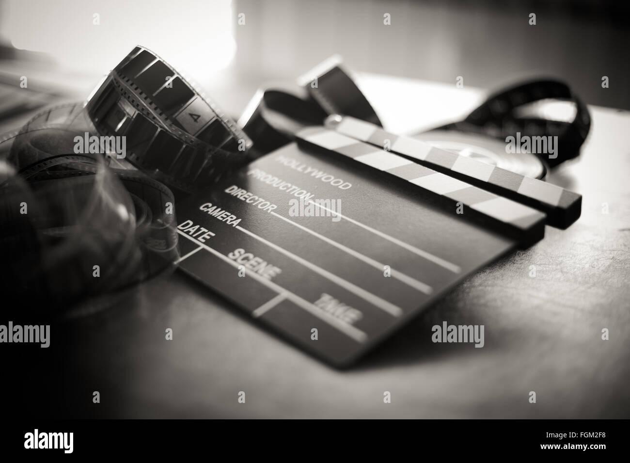 Movie clapper board y tira el enfoque selectivo y vintage en blanco y negro Imagen De Stock