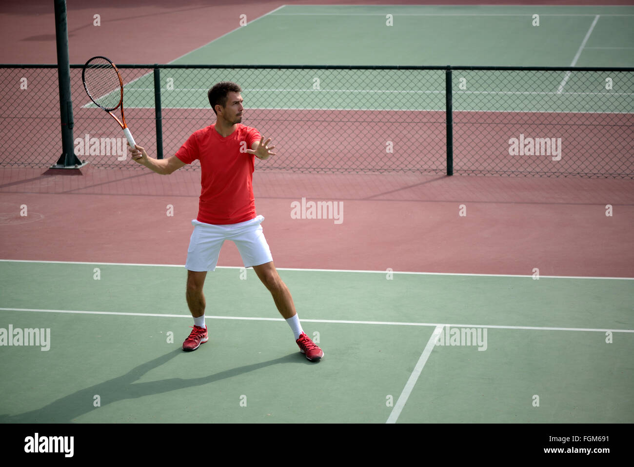 Jugador de tenis masculino práctica en cancha de tenis en Dubai. Imagen De Stock