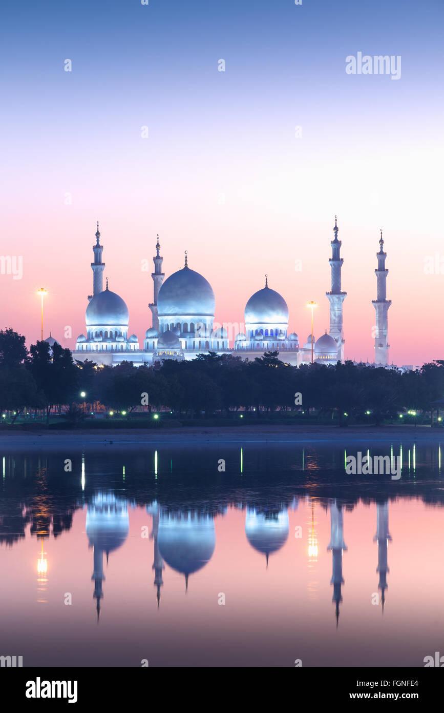 Gran Mezquita de Sheikh Zayed, en Abu Dhabi, Emiratos Árabes Unidos al amanecer. Imagen De Stock