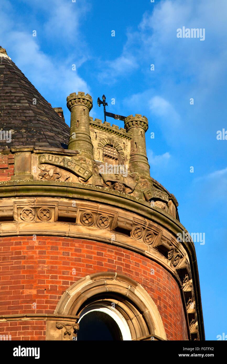 Castleford Crest y lema Audacter et sincero sobre un edificio en la calle Bank de Castleford, Yorkshire, Inglaterra Imagen De Stock