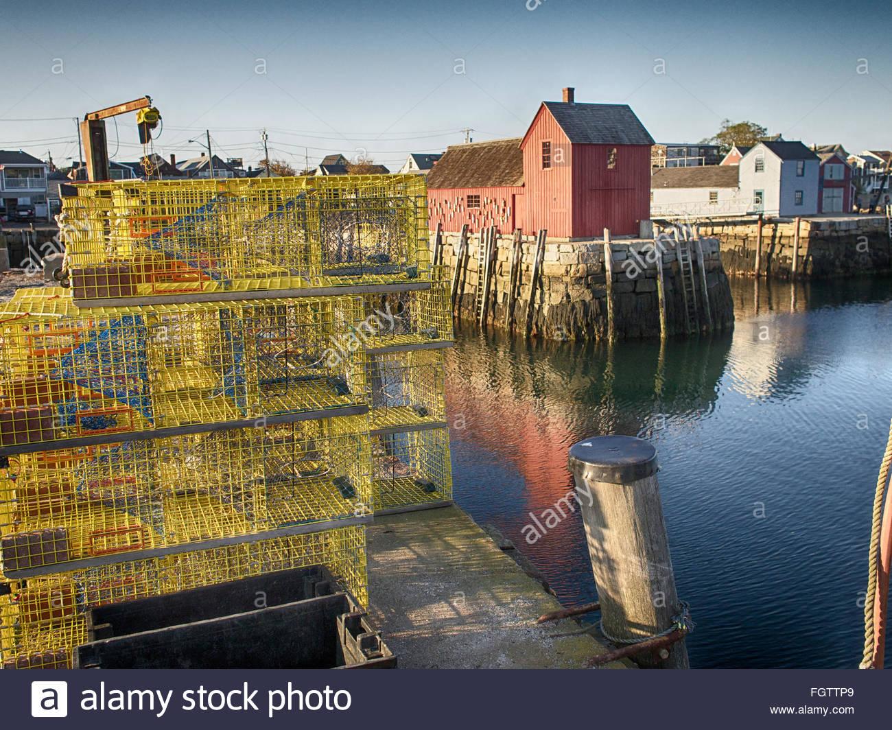 Trampas apilados cerca de Motif número 1 en Bradley Wharf en Rockport, Massachusetts. Imagen De Stock
