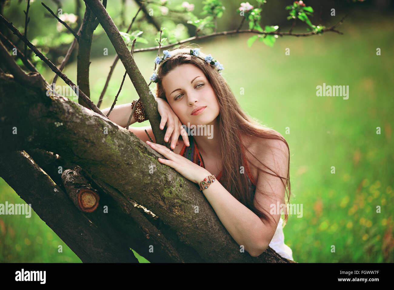 Bohemian mujer recostada en la primavera de árbol. Romántico y hippie Imagen De Stock