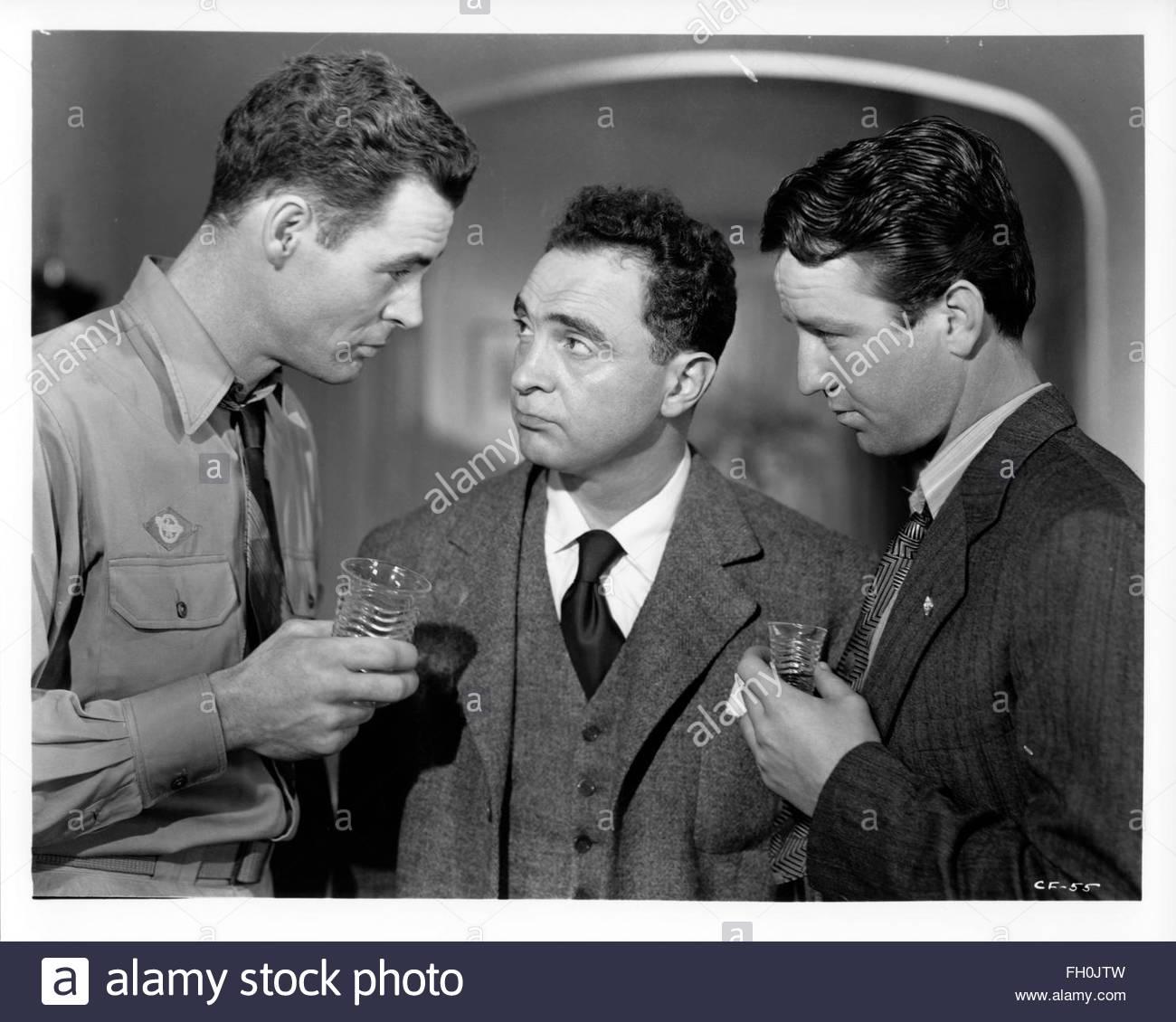 CROSSFIRE (1947) izquierda - derecha: Robert Ryan, Joseph Samuels, Steve Brodie. Weems Granamour cortesía Colección. Foto de stock