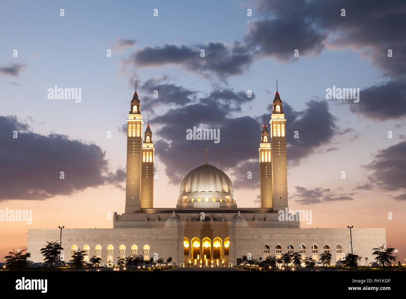 Gran mezquita de Nizwa iluminados durante la noche. Sultanato de Omán, Oriente Medio Imagen De Stock