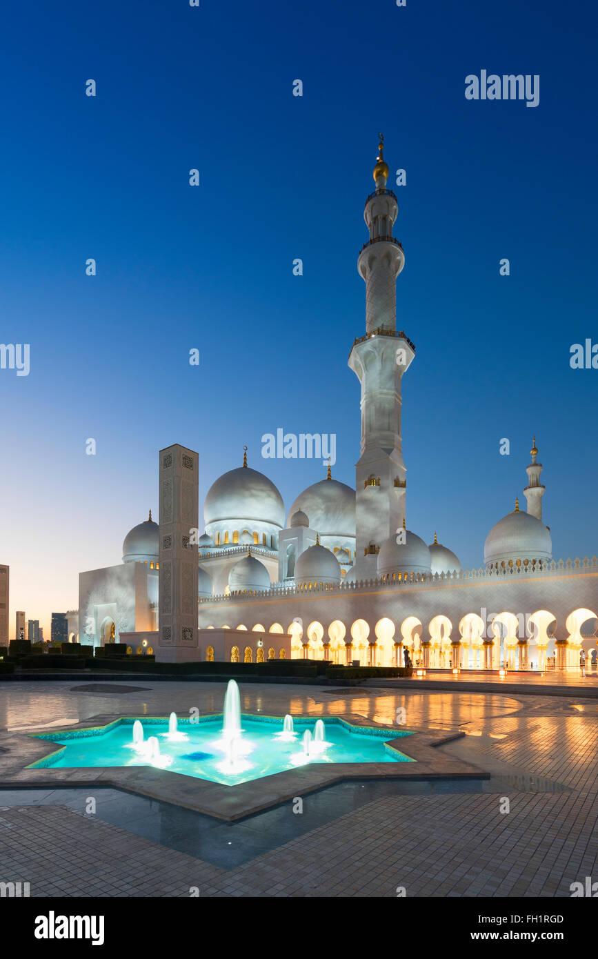 Vista nocturna de la Gran Mezquita de Sheikh Zayed, en Abu Dhabi, Emiratos Árabes Unidos Imagen De Stock