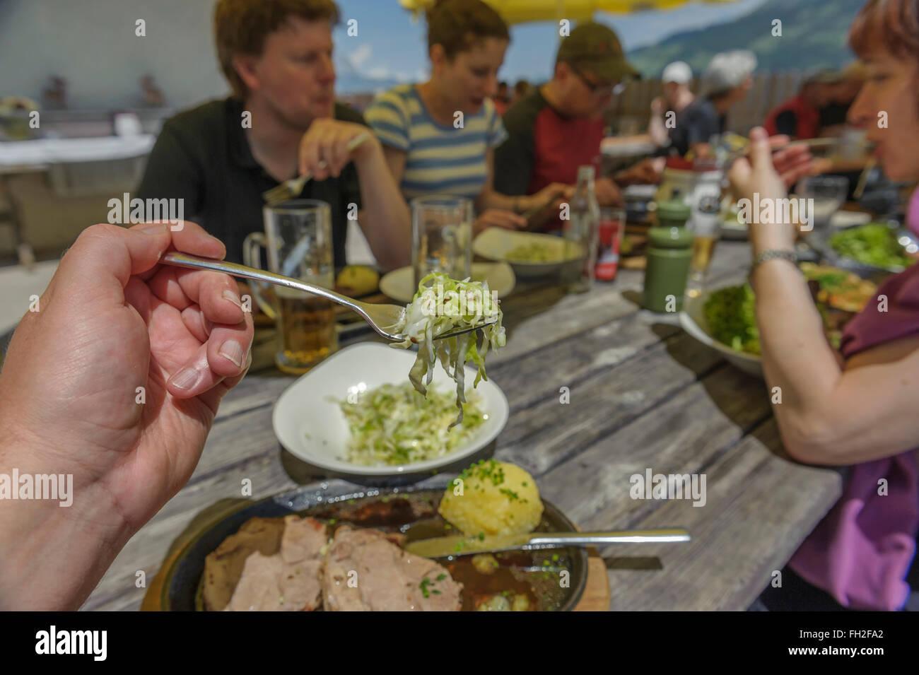 Excursionistas disfrutando de una comida de mediodía en un refugio de montaña. Kitzbüheler Alpes. Kitzbühel, Austria. Europa Foto de stock
