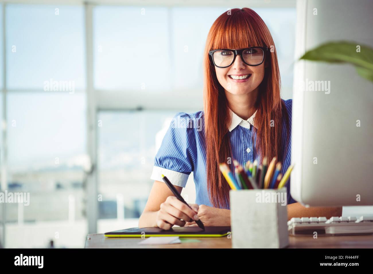 Atractiva mujer hipster con tableta gráfica Foto de stock