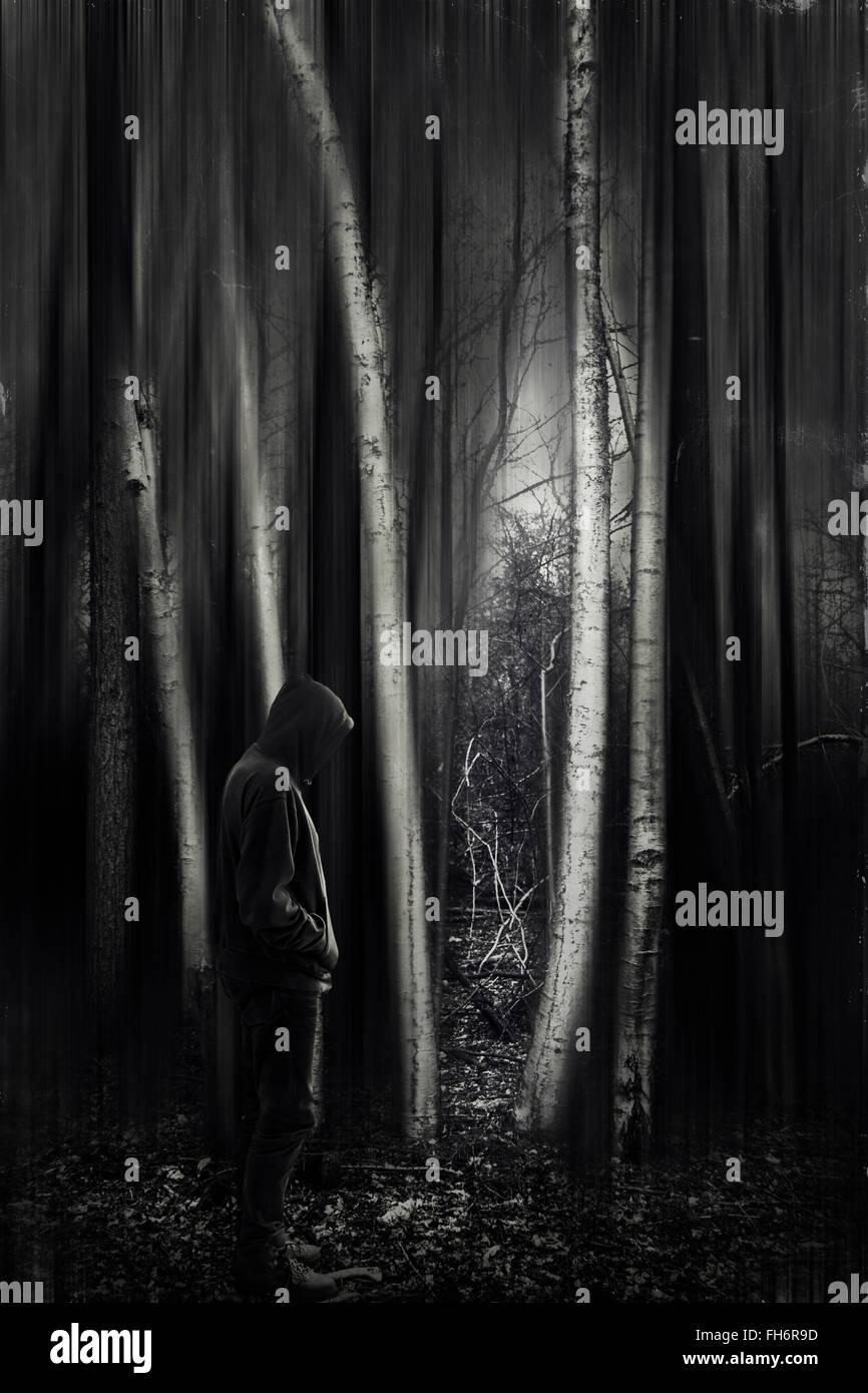 Hombre con chaqueta con capucha en el bosque, en blanco y negro Imagen De Stock