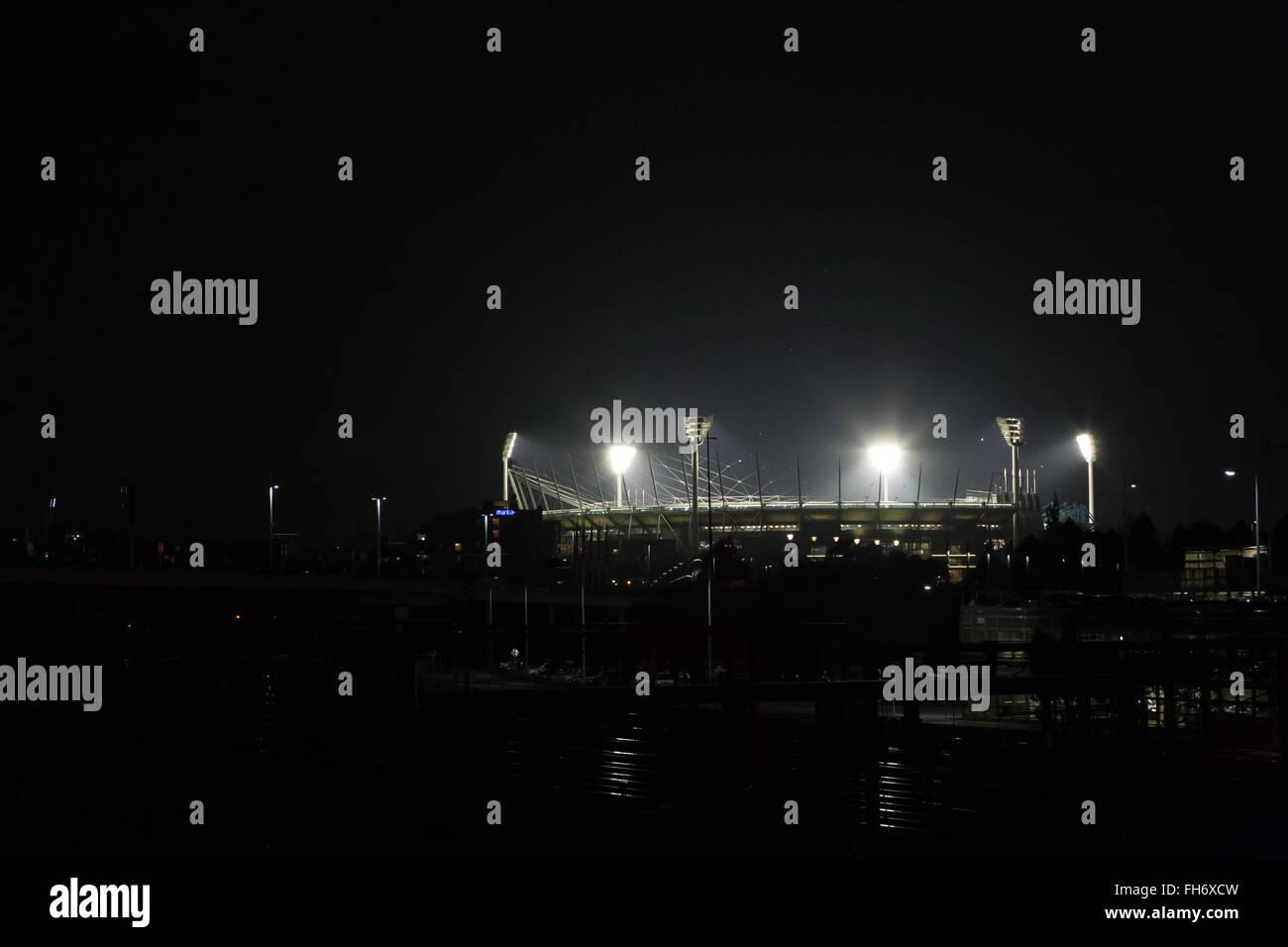 Melbourne, Australia - Abril 24, 2015: el Melbourne Cricket Ground, por la noche, iluminado por una coincidencia. Imagen De Stock