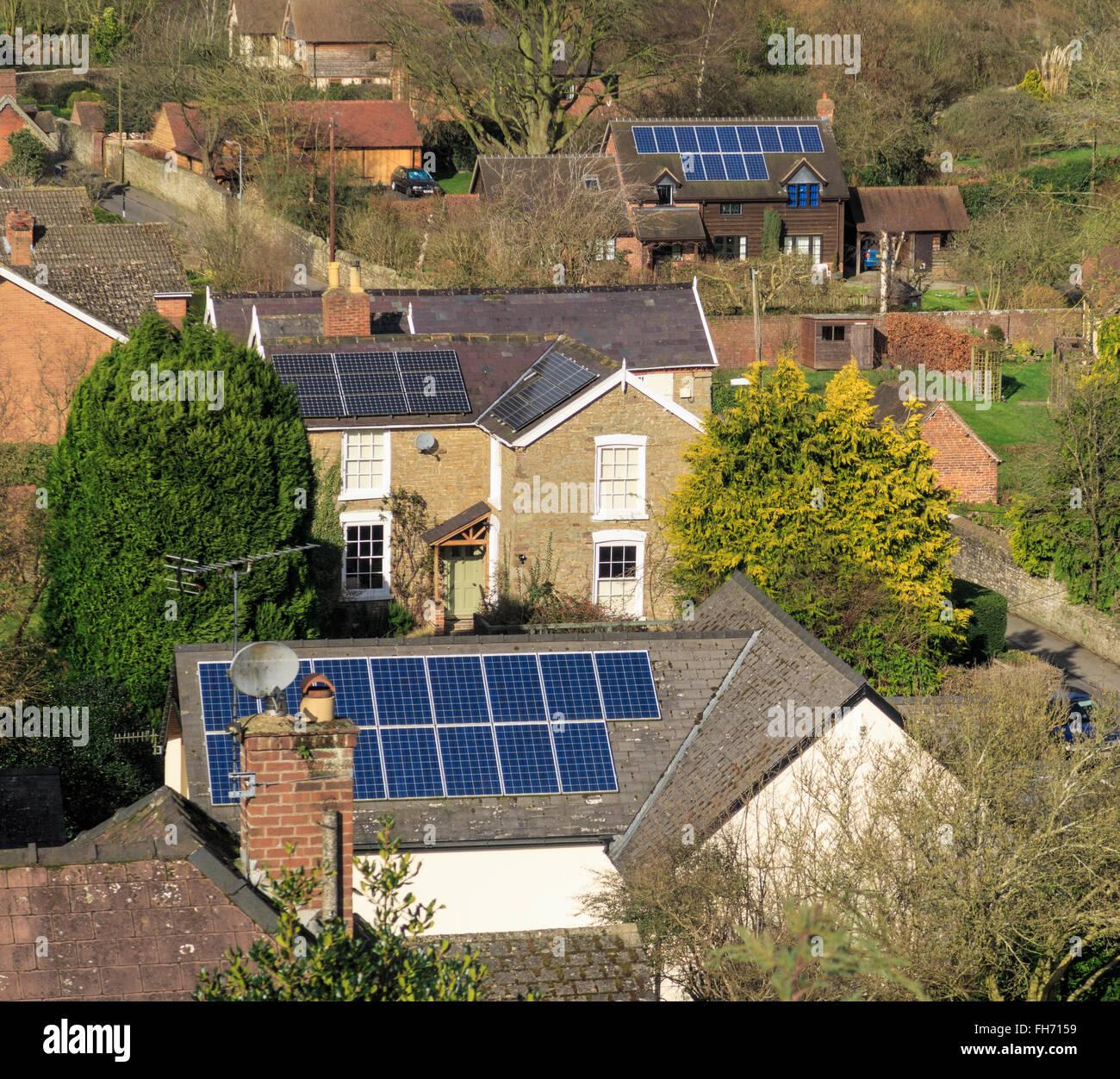 Paneles solares en los techos de las casas. En Ludlow, Inglaterra. Imagen De Stock