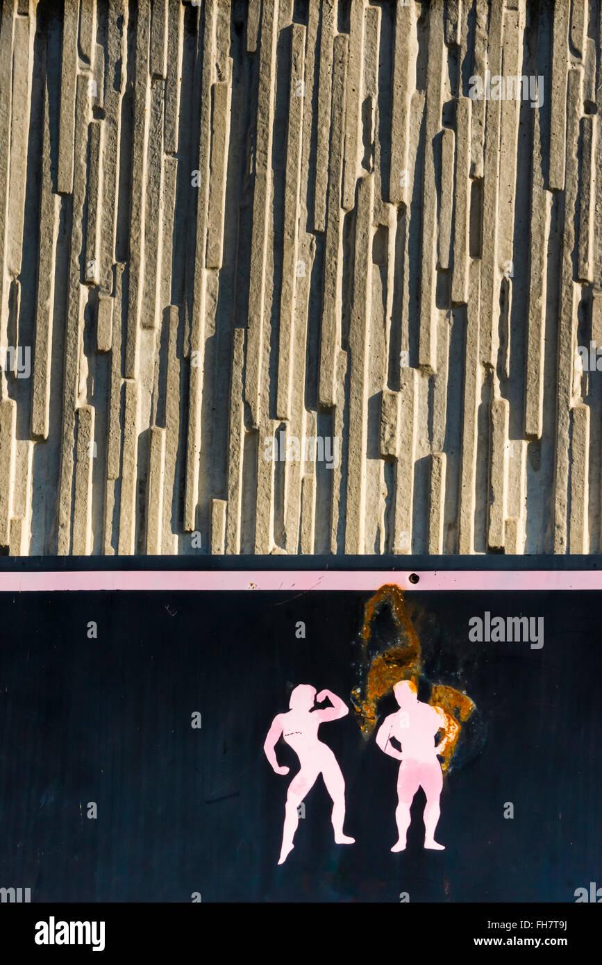 Rusty cartel en la fachada de un centro de fitness Imagen De Stock