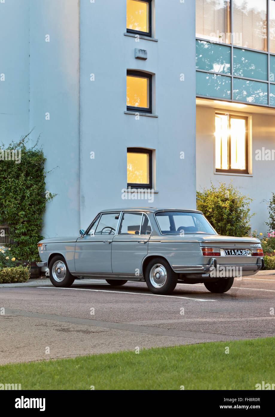 BMW 2000 - Paloma gris clásico coche sedán. Imagen De Stock
