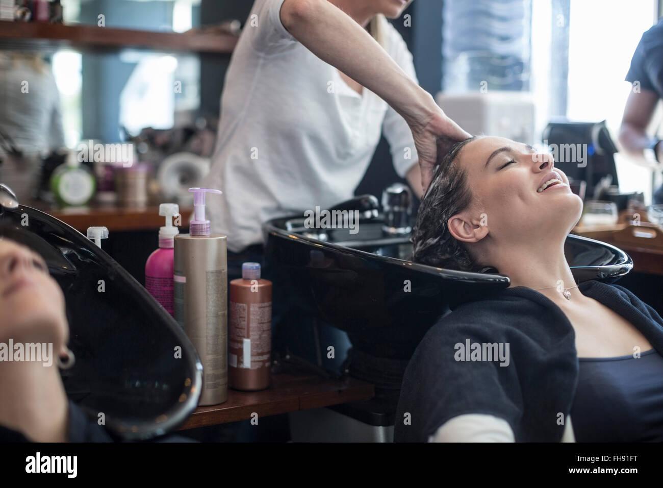 Mujer en la peluquería obteniendo lavados de cabello Imagen De Stock