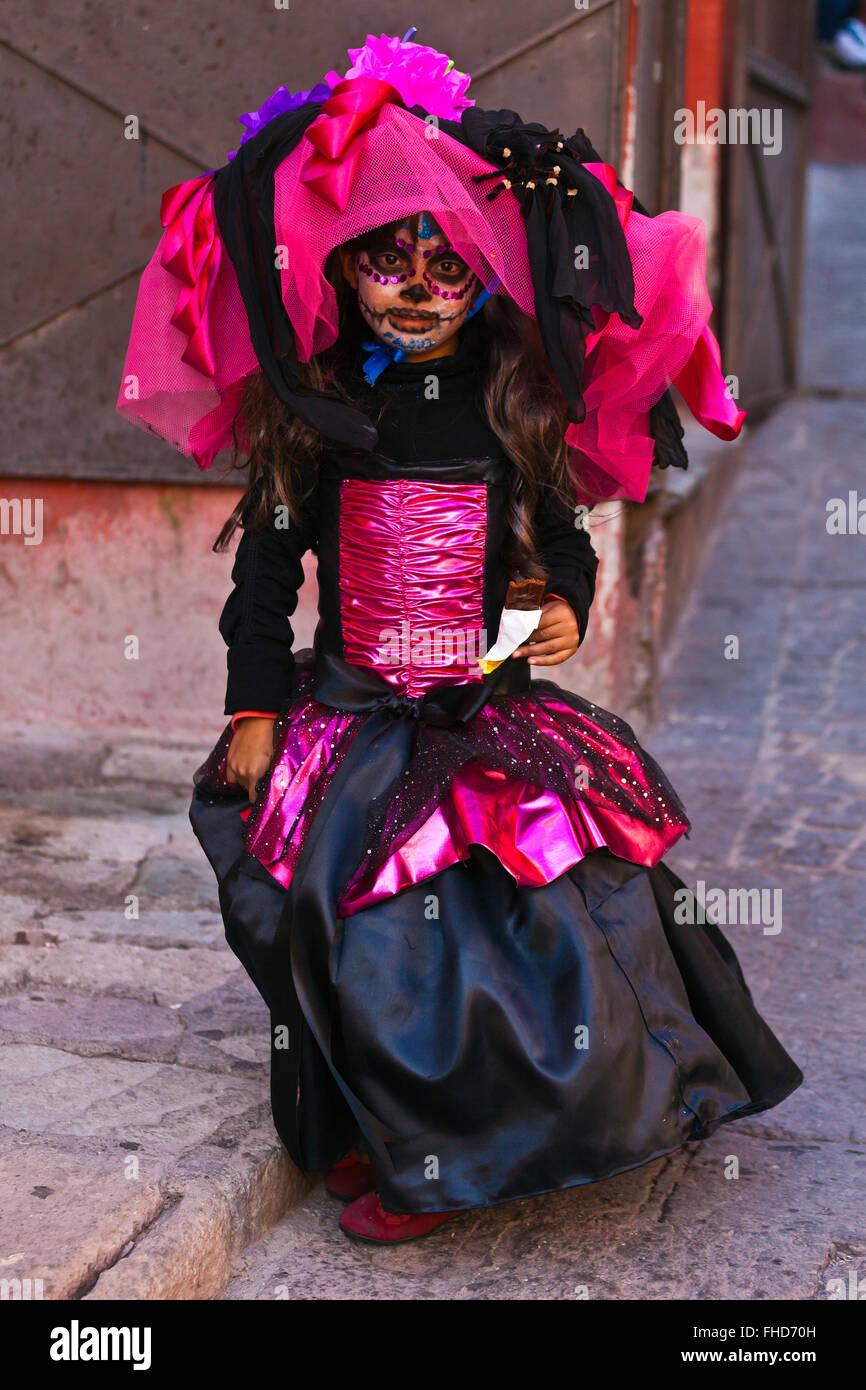 Una Chica Joven Vestida Como La Calavera Catrina O Elegante