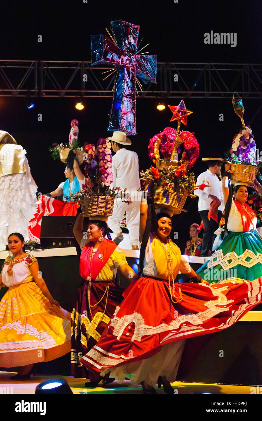 Los danzarines bailan folk en la Plaza de la danza durante el festival de la Guelaguetza en Julio - OAXACA, MÉXICO Imagen De Stock