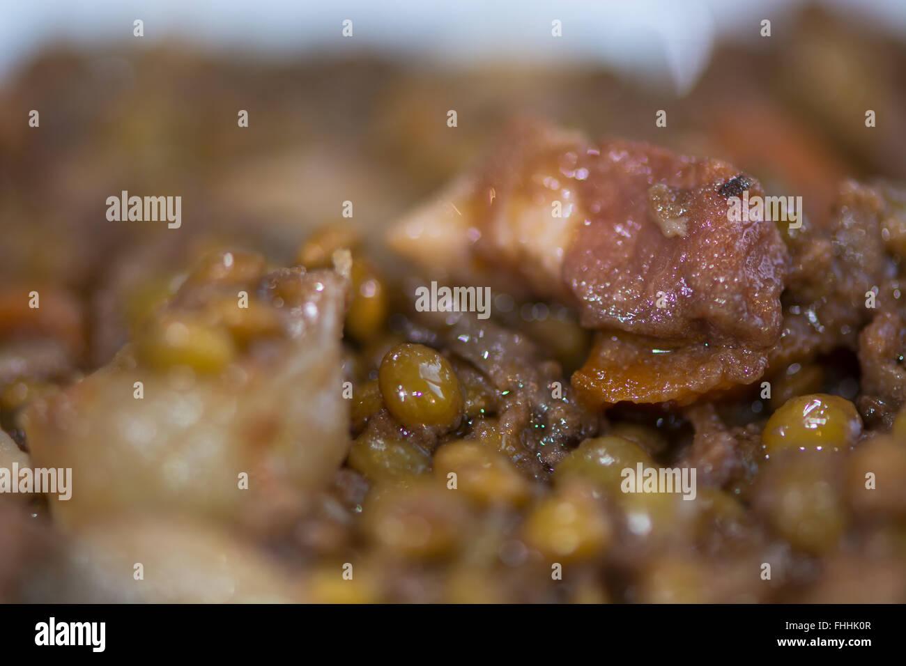 Lentejas con verduras verdes y bacon. Restaurante francés preparó el plato de lentejas con zanahorias, Imagen De Stock