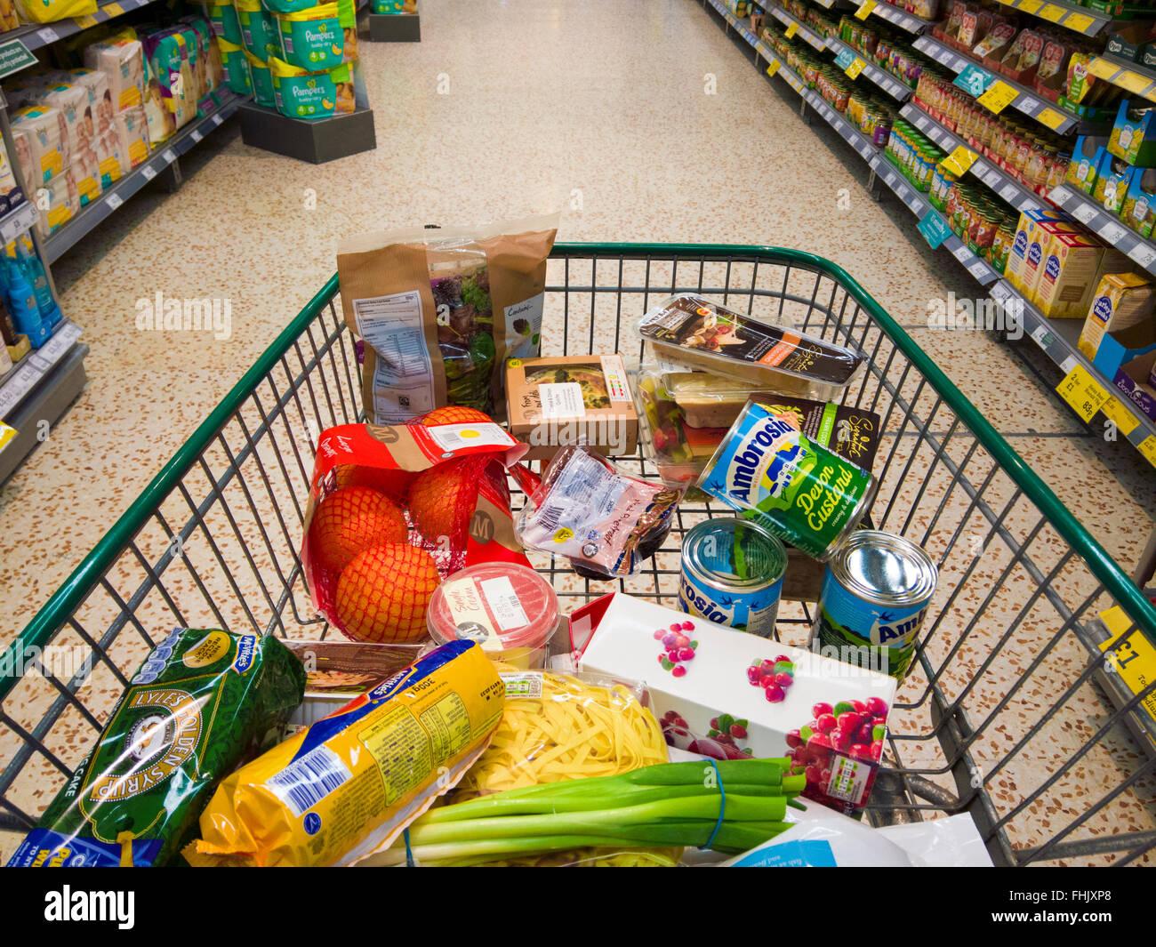 Carrito de compras con pasarela de comestibles en un supermercado. Foto de stock