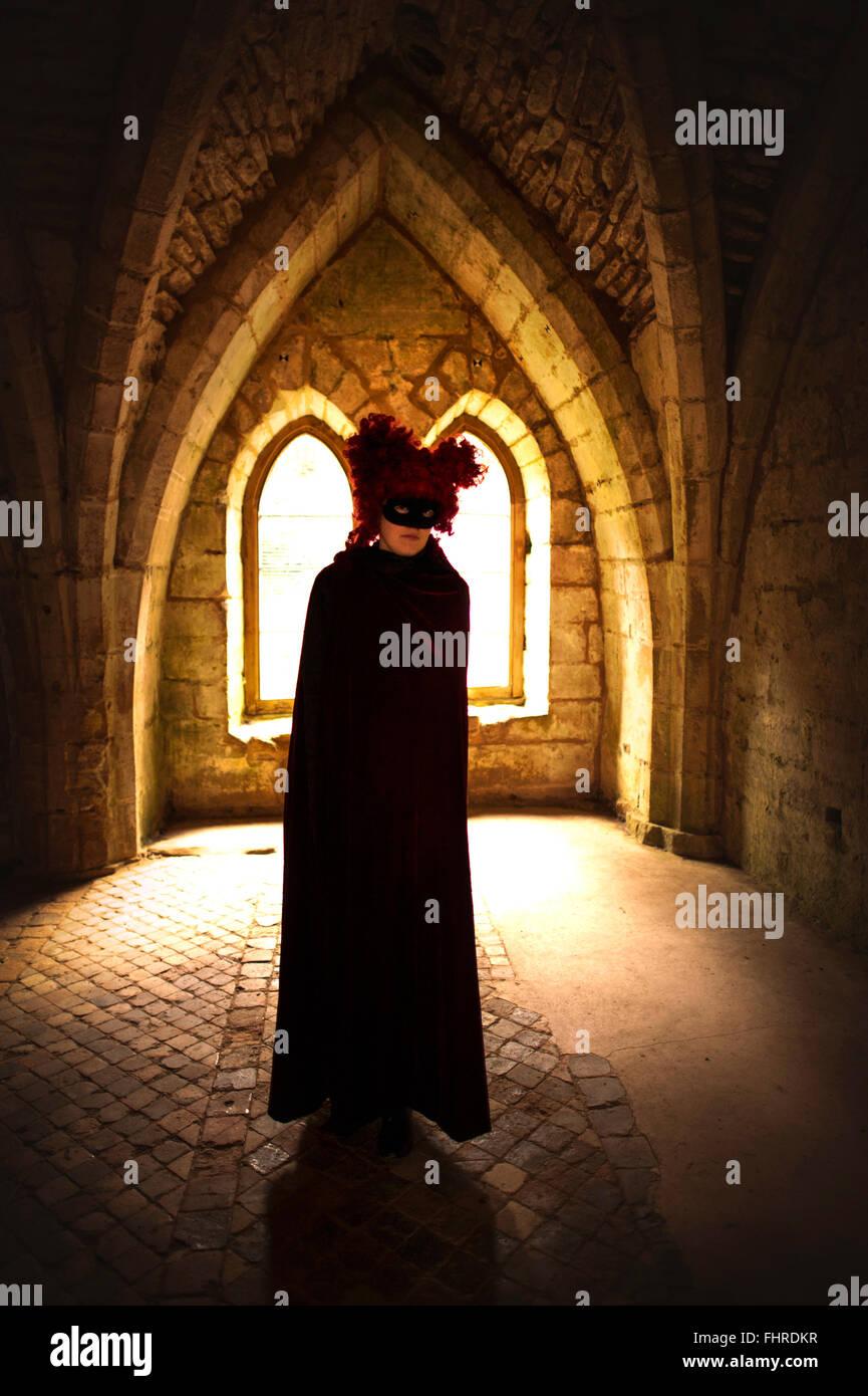 Figura femenina vestidos de rojo peluca de pie en el castillo Imagen De Stock