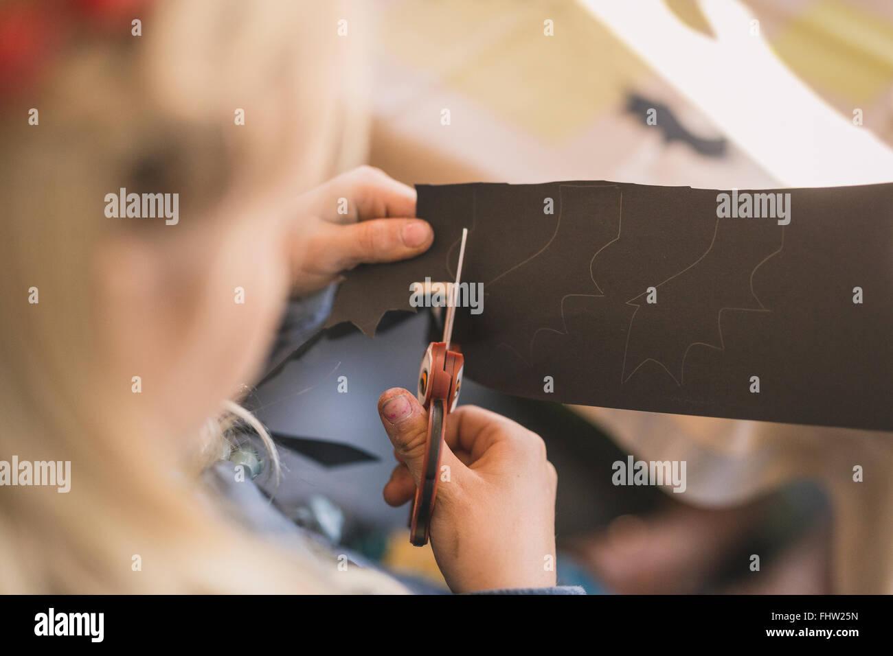 Chica cortar papel con tijeras con forma de lechuza Imagen De Stock