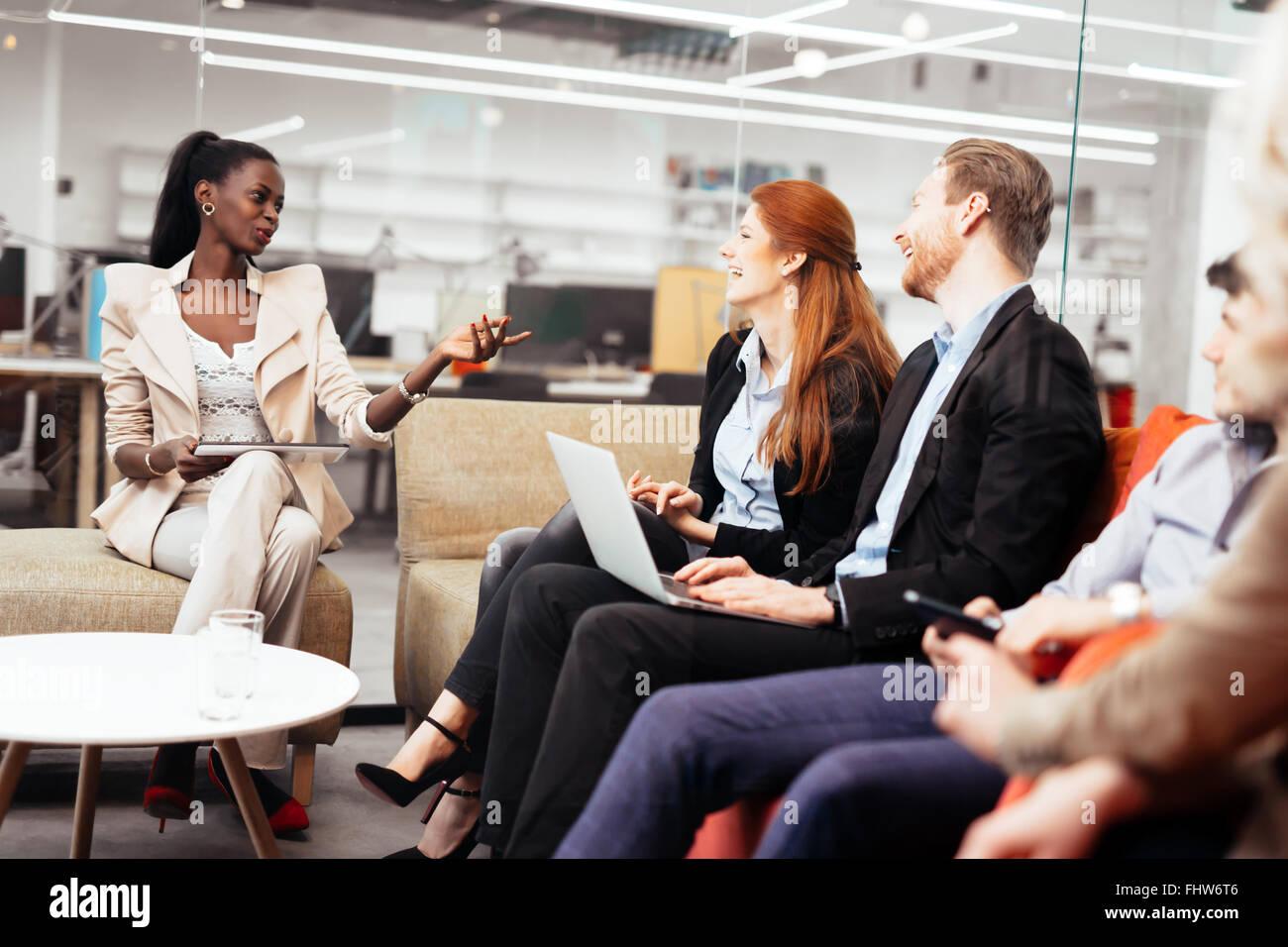 Gente de negocios conversación con la tecnología al alcance de la mano. Intercambio de nuevas ideas e Imagen De Stock