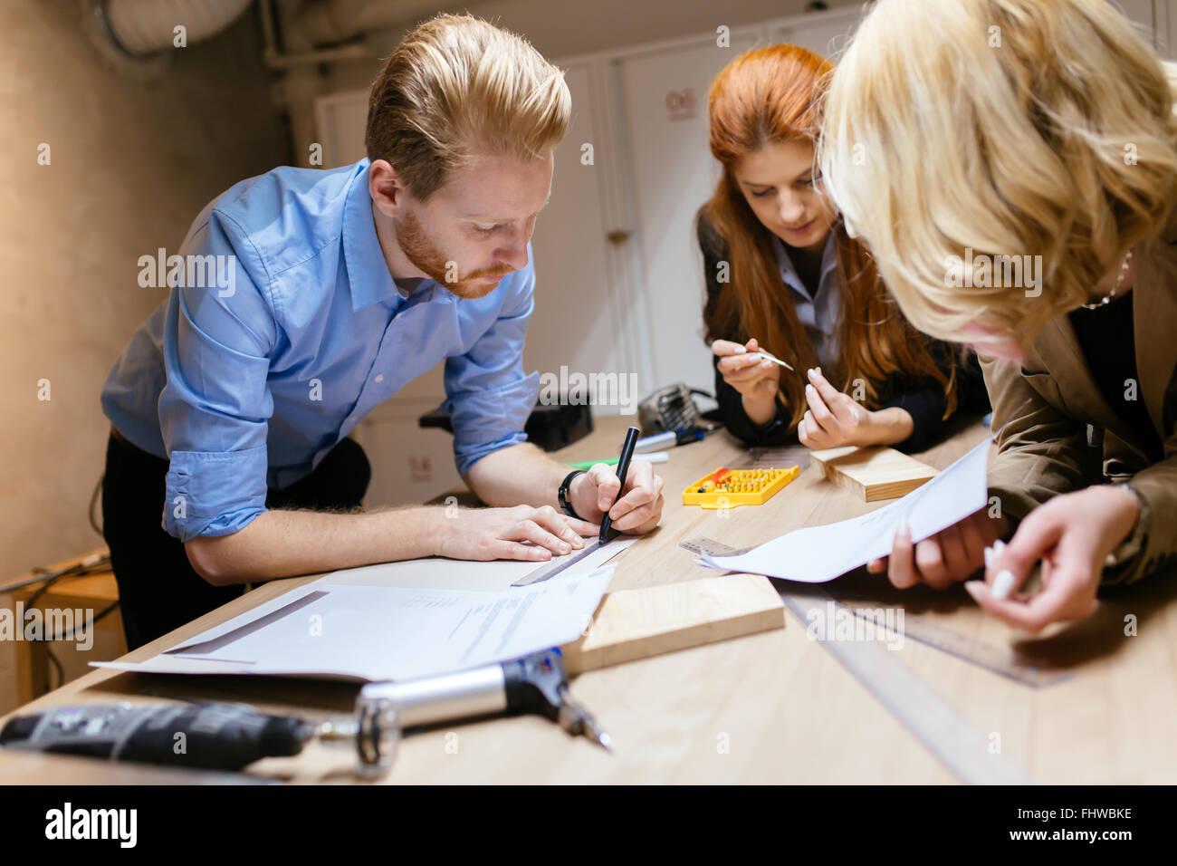 Compañeros trabajando en un proyecto juntos y cooperar Imagen De Stock