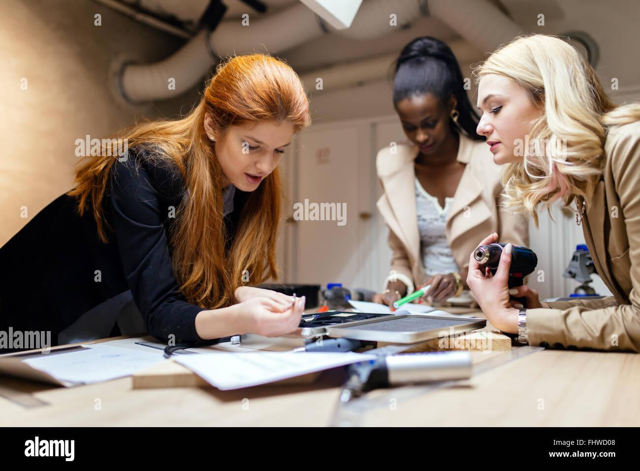 Equipo de Trabajo sobre el proyecto juntos y compartir ideas en el taller Imagen De Stock