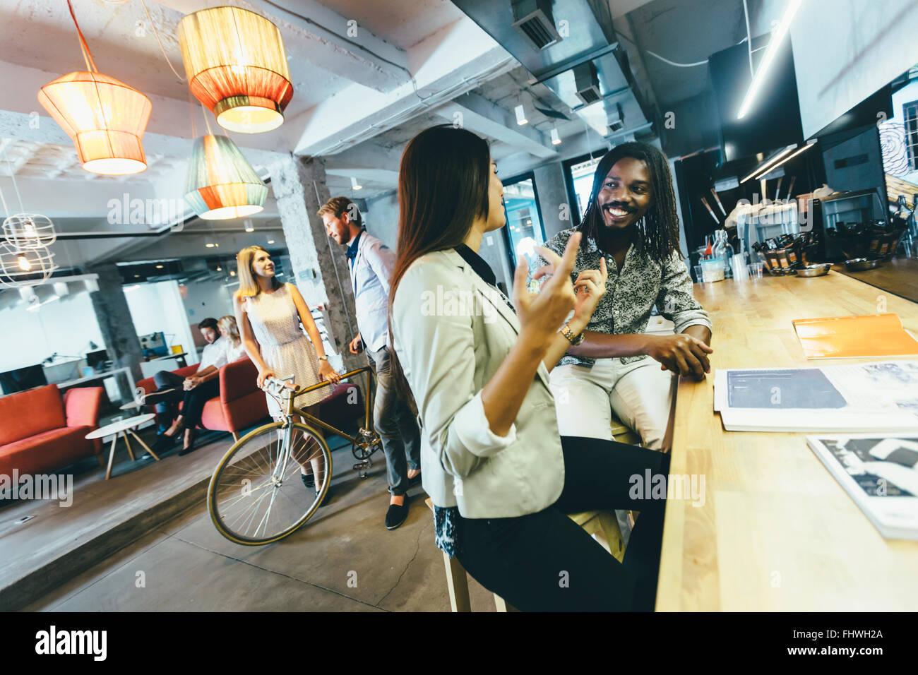 Cafetería moderna, dinámica de la vida, las personas y la diversidad Imagen De Stock