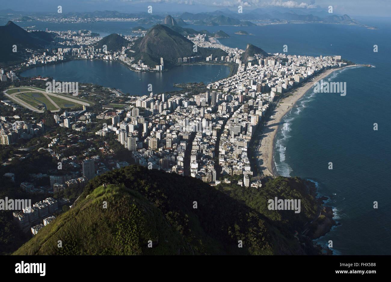 Vista aérea de las playas de Copacabana e Ipanema, Leblon Leme - Cerro Pan de Azúcar en el fondo Imagen De Stock