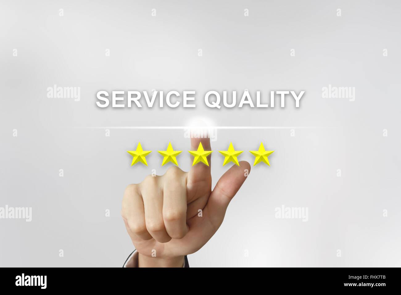 Mano de negocios haciendo clic en la calidad del servicio con cinco estrellas en la pantalla Foto de stock