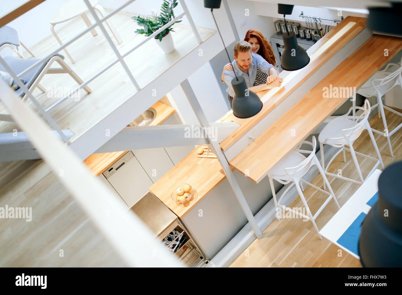 Hermosa pareja posando en cocina bien diseñada Imagen De Stock
