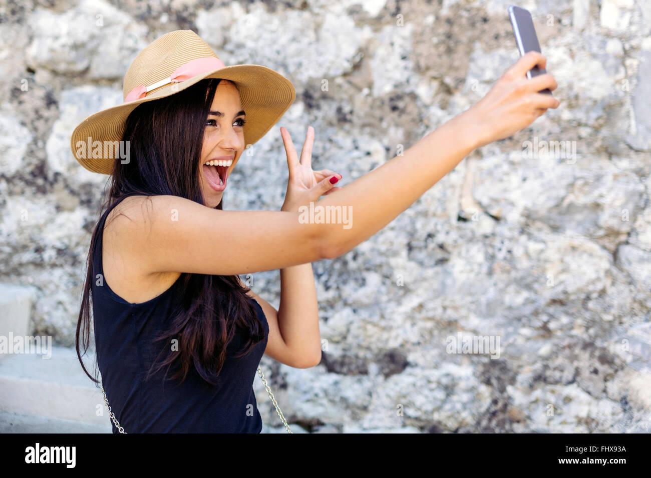 Hermosa morenita tomando selfie de sí para compartir con amigos Imagen De Stock