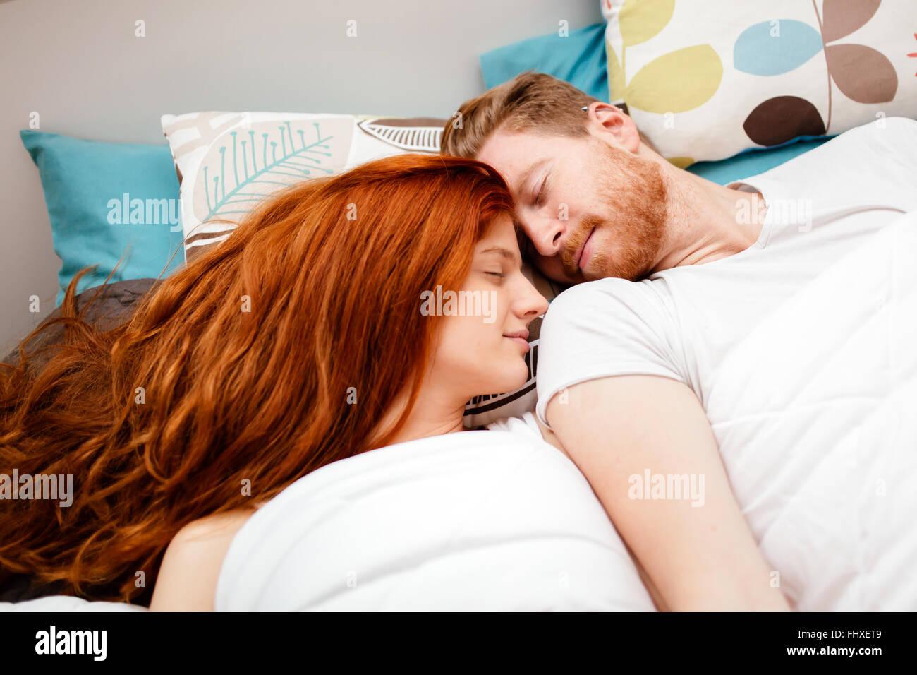 Hermosa pareja en amor durmiendo Foto de stock