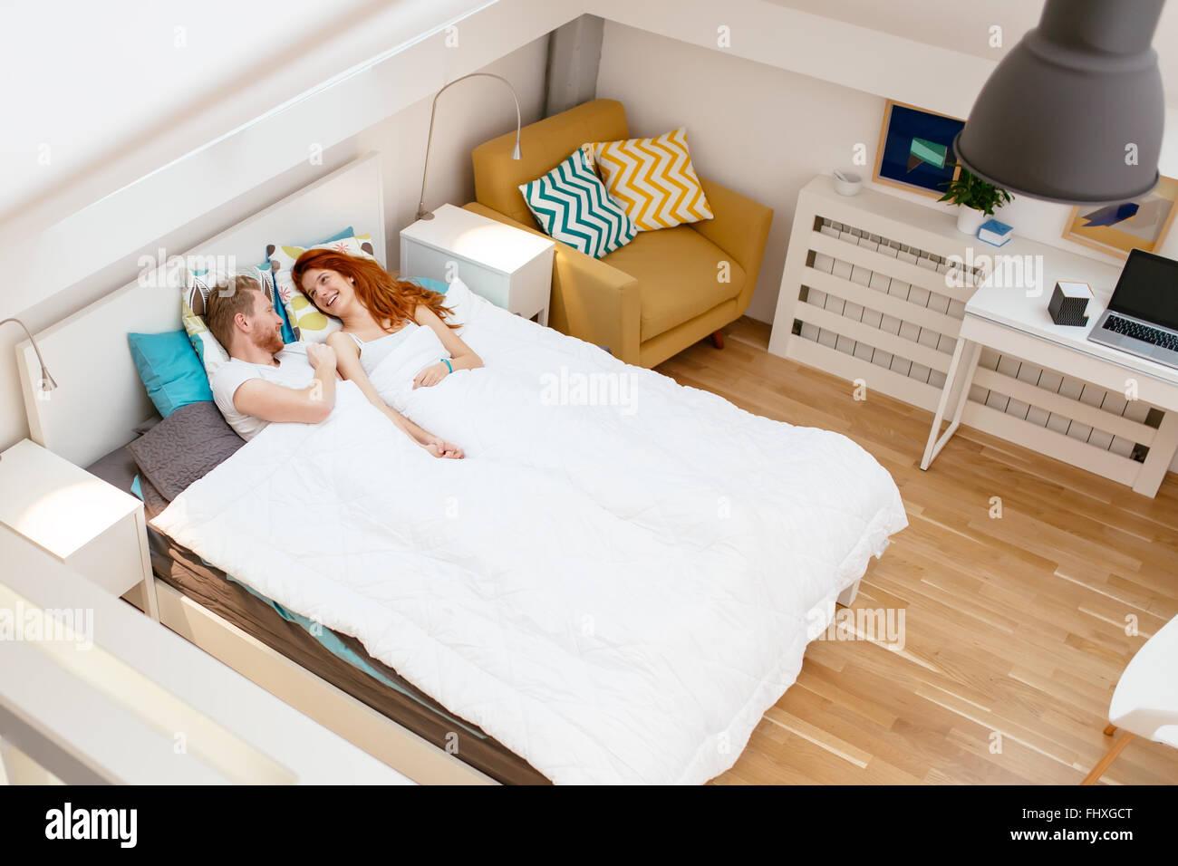 Pareja romántica el reposo en cama y el pegado durante el fin de semana Imagen De Stock