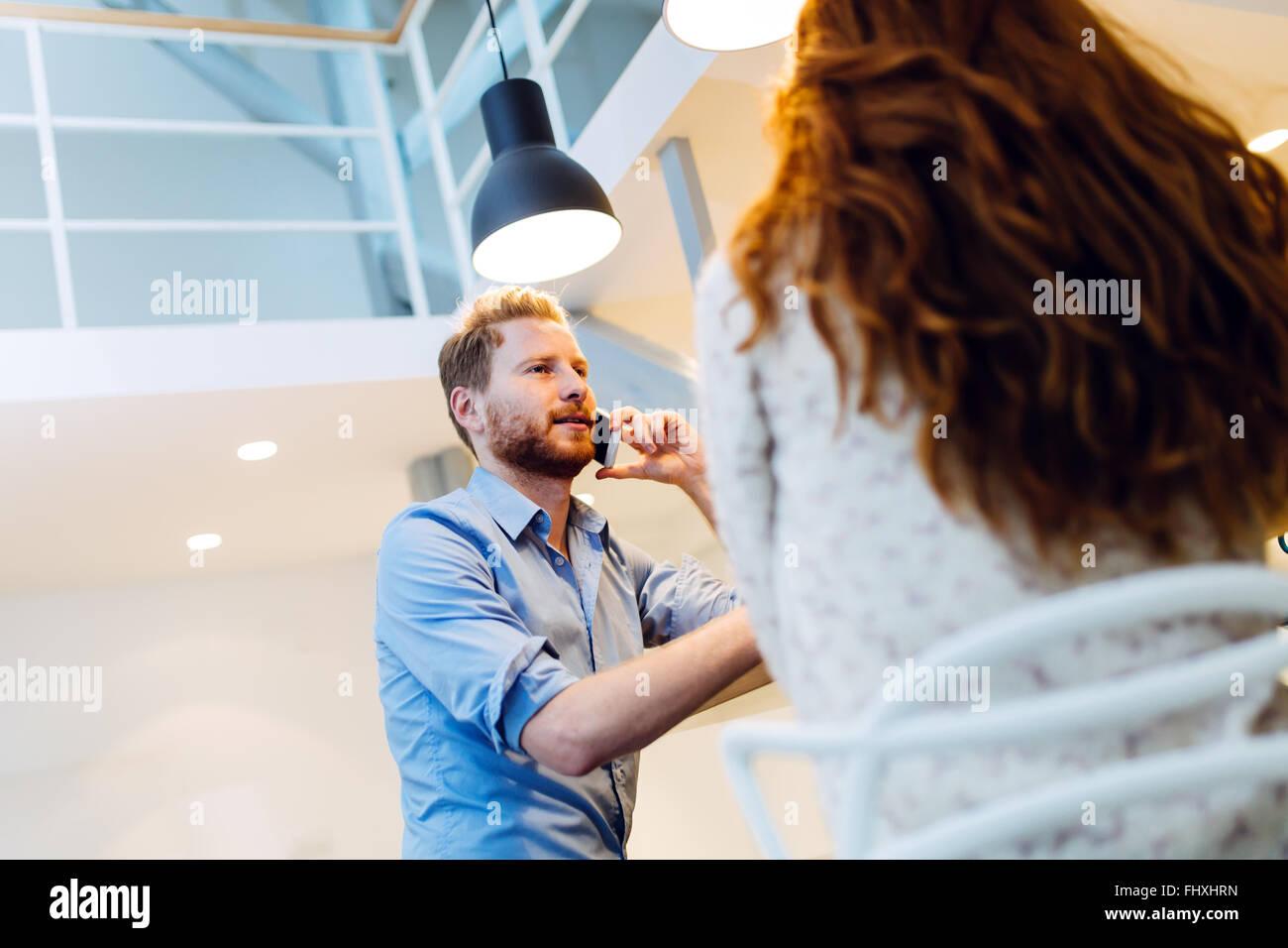 Hablar por teléfono mientras dating mujer no está recomendado Foto de stock