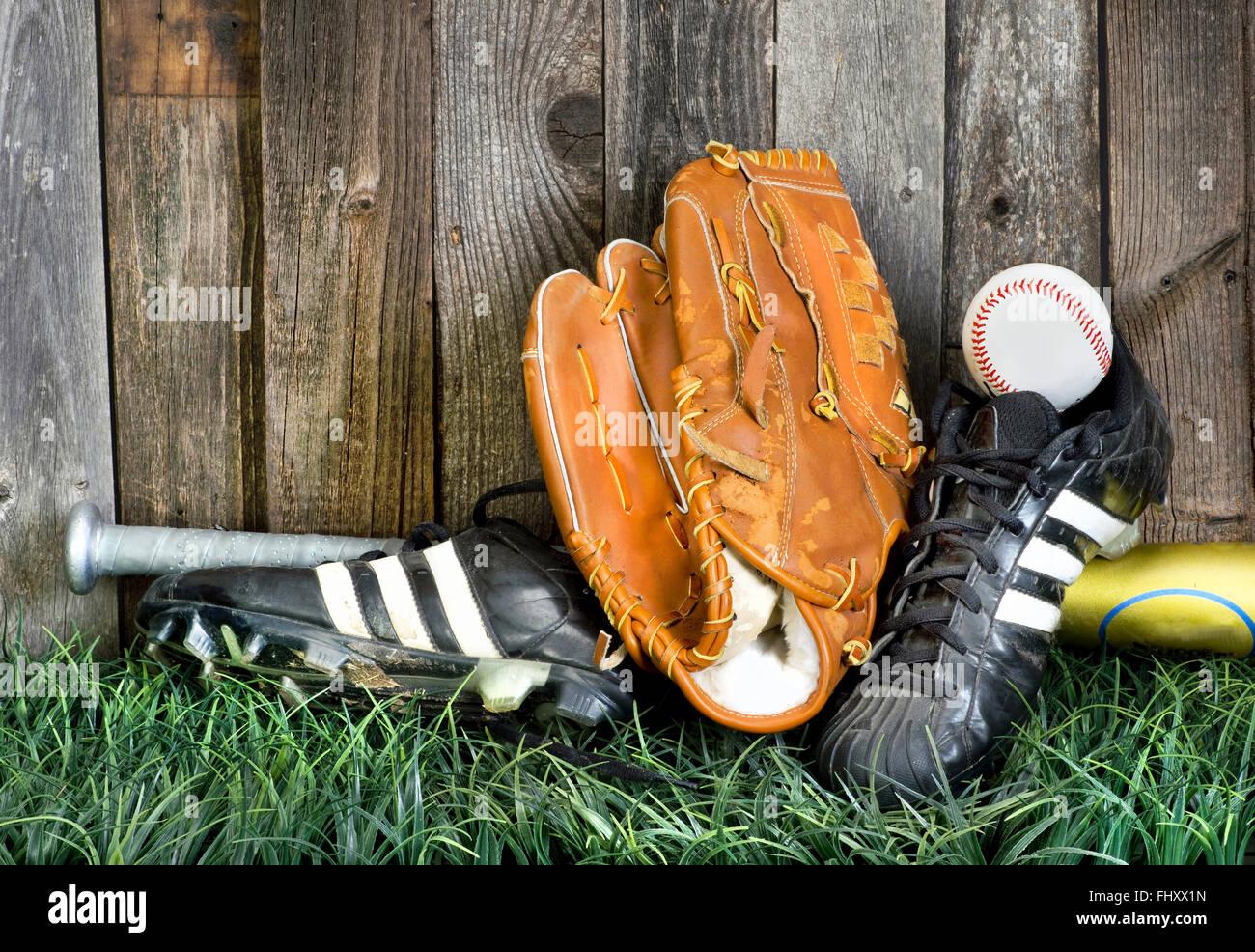 Tiempo para jugar béisbol americano con el equipamiento adecuado. Imagen De Stock