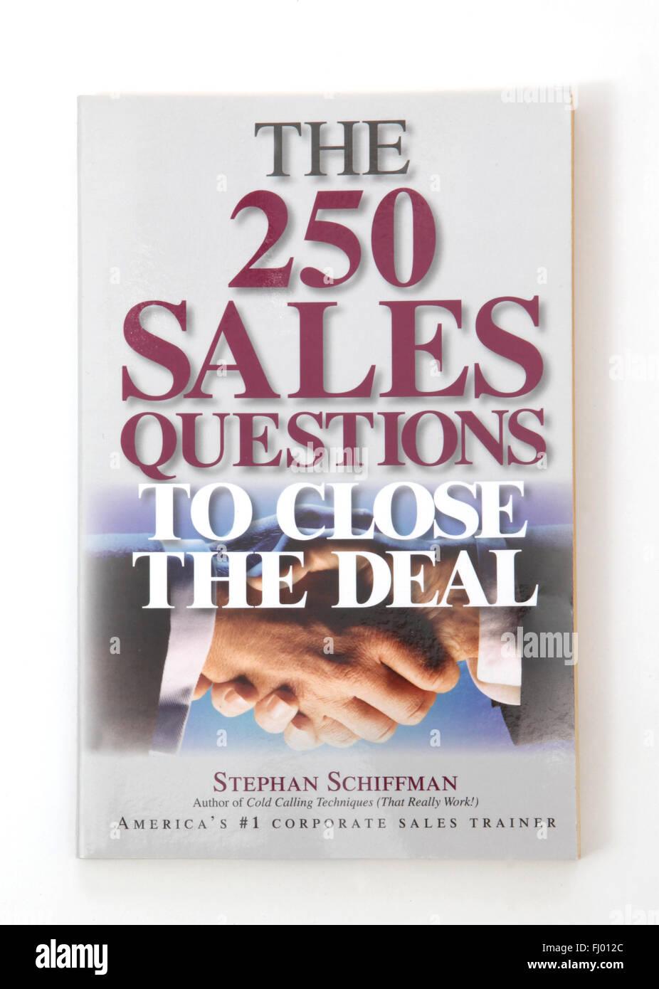 El libro Las 250 preguntas de ventas para cerrar el trato por Stephan Schiffman Imagen De Stock