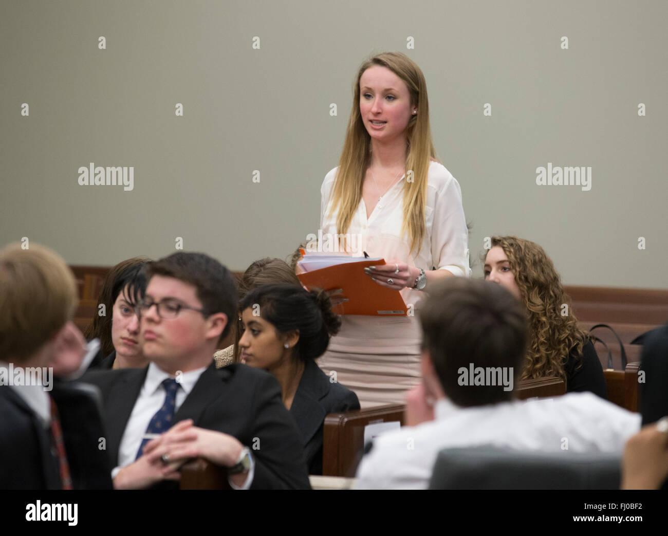 Jovencita actuando como jurado foreman anuncia su veredicto del panel durante la escuela secundaria Mock Trial reviviendo Imagen De Stock