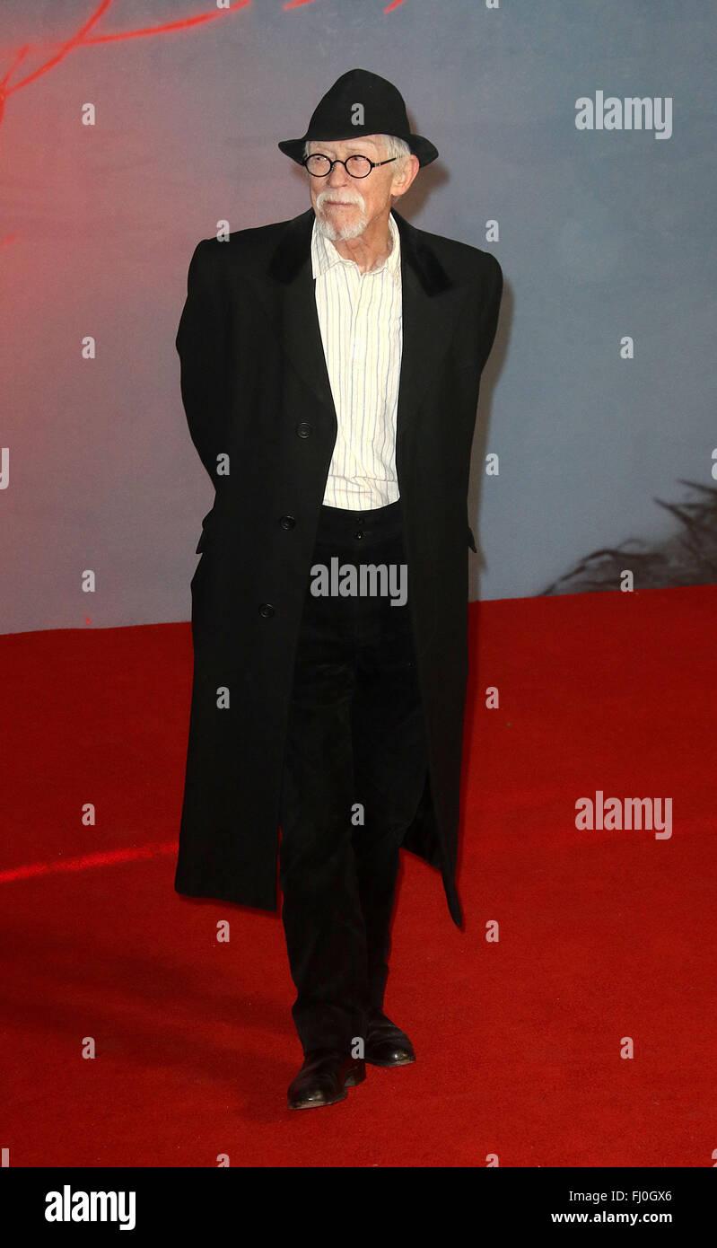Enero 12, 2016 - John Hurt asistiendo al Revenant' estreno británico en el Cine Empire, Leicester Square, Imagen De Stock