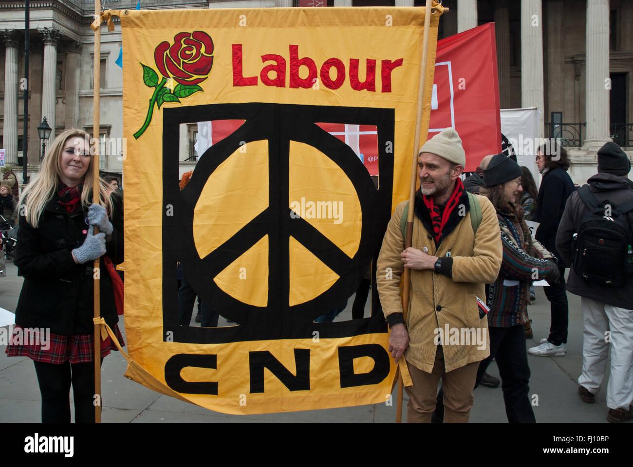 Gran pancarta la vinculación de 'trabajo' y 'cde' con el símbolo de la CND lleva a anti Imagen De Stock