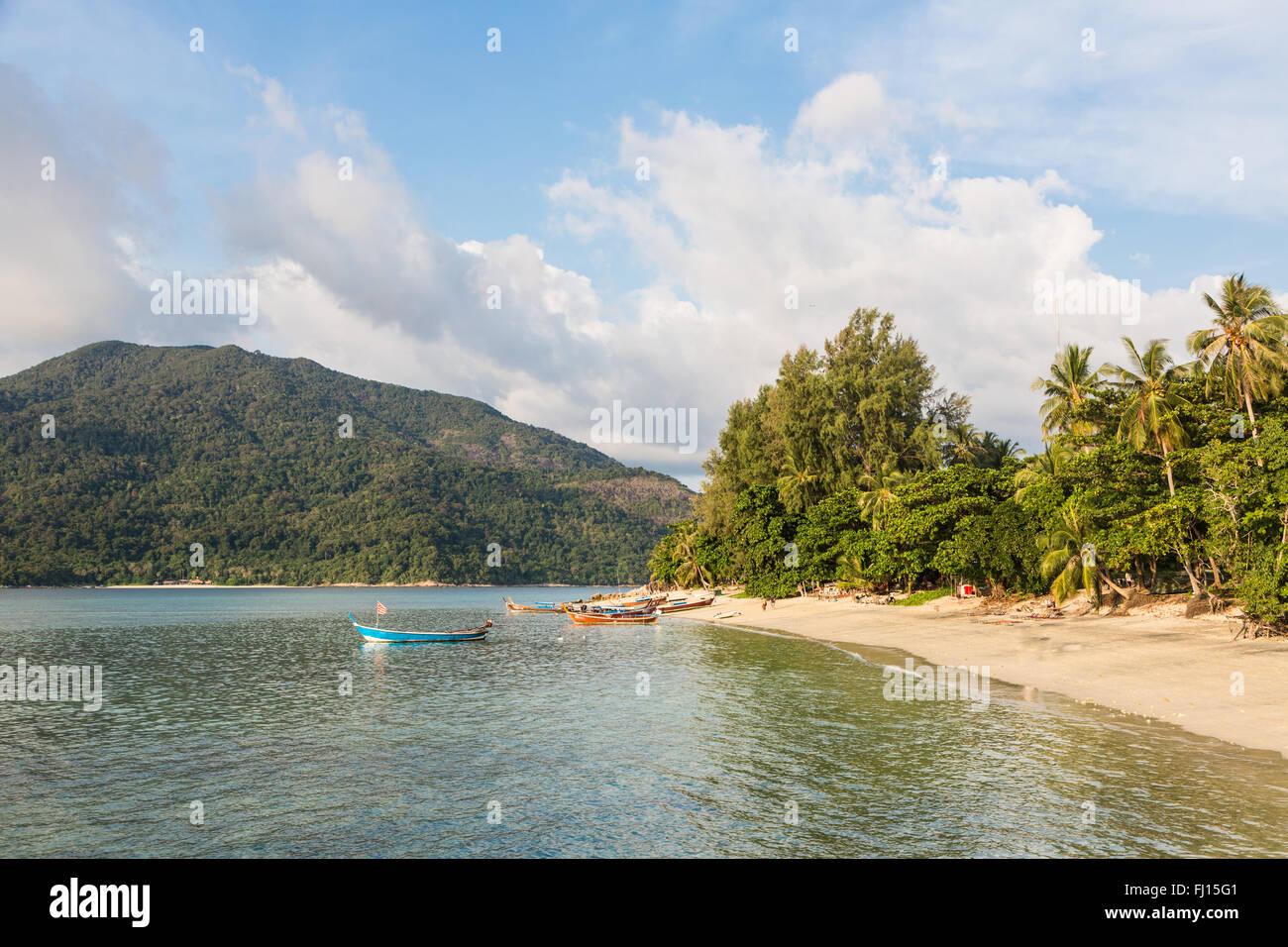 Koh Lipe sunset beach es una playa relax en la famosa isla en el mar de Andaman en el sur de Tailandia, muy cerca de la Malasia bo Foto de stock